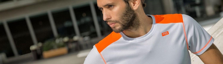 Chico con camiseta técnica gris y naranja
