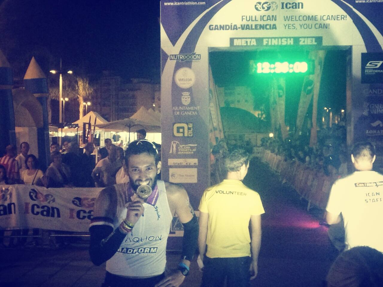 Samuel en la entrada a meta del Ironman de Gandía