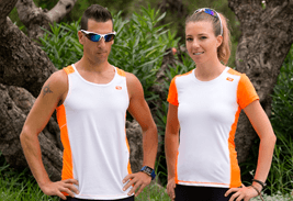 camiseta blanca y naranja disponible en chico y chica