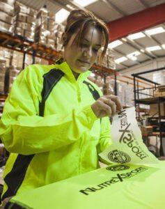 Yolanda trabajando en una de las máquinas de sublimación especial