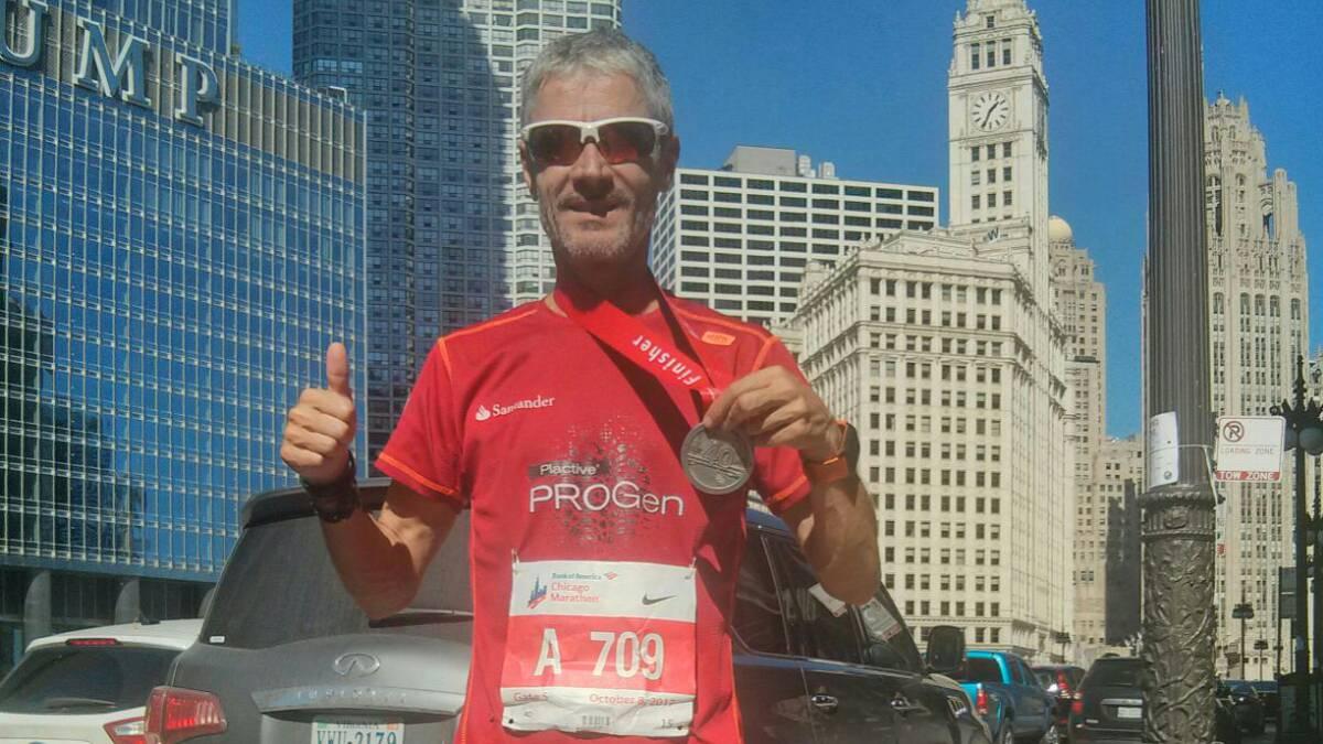 Martín Fiz posa con la medalla de oro de la chicago marathon.